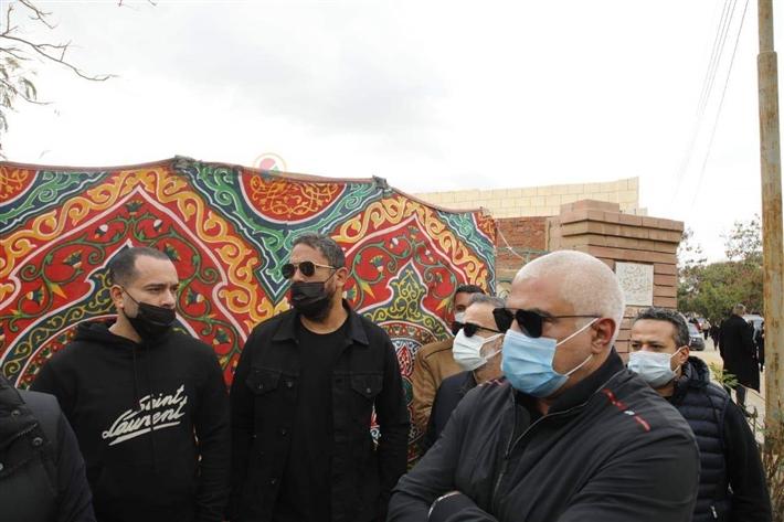 أمير كرارة يساند أحمد السقا في جنازة محمد الصغير | خبر | في الفن