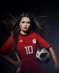 منة فضالي ترتدي قميص محمد صلاح في جلسة تصوير دعما للمنتخب المصري