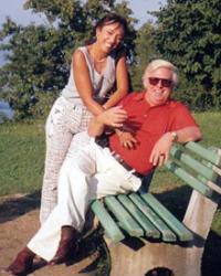 26 صورة للراحل حسن كامي.. لحظات رومانسية مع زوجته وصور نادرة من طفولته