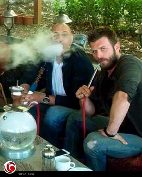 مهند يدخن الشيشة
