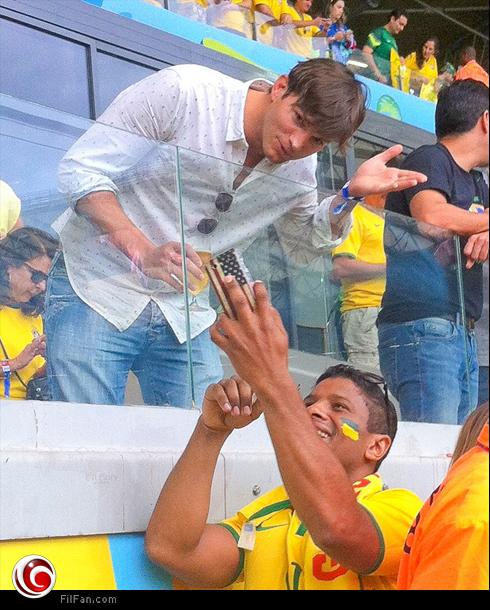أشتون كوتشر مع مشجعي البرازيل