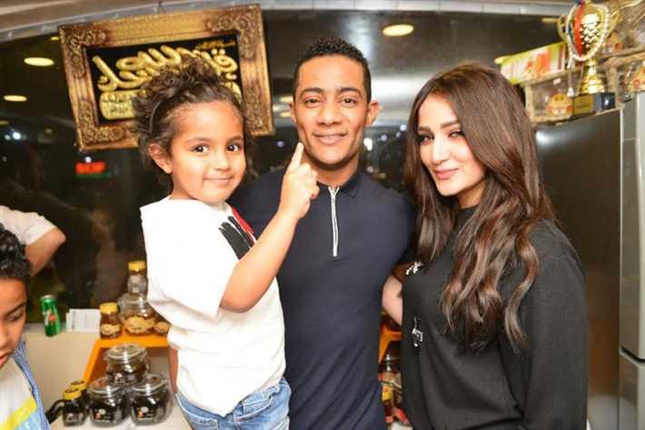 محمد رمضان وزوجته وابنه علي