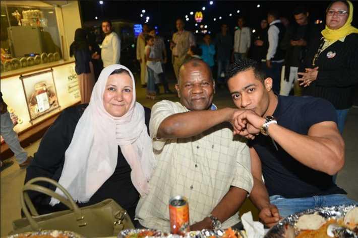 محمد رمضان مع والديه