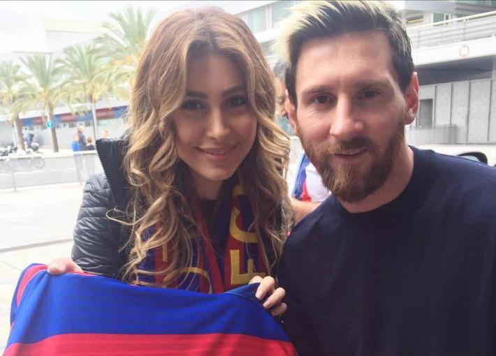يارا وصورة تذكارية مع ليونيل ميسي نجم فريق برشلونة الإسباني