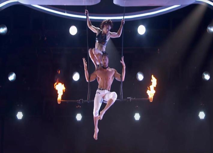 بالفيديو - سقوط متسابقة في America's Got Talent على المسرح وفزع الجكام