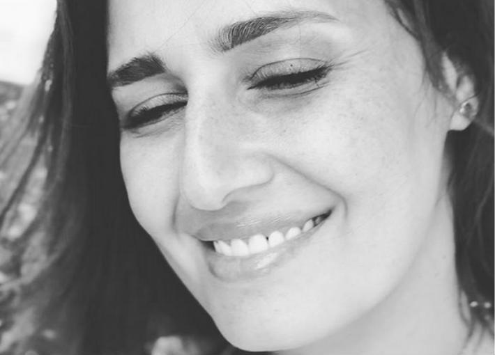 حلا شيحة تغلق التعليقات على صورها الجديدة بلا حجاب