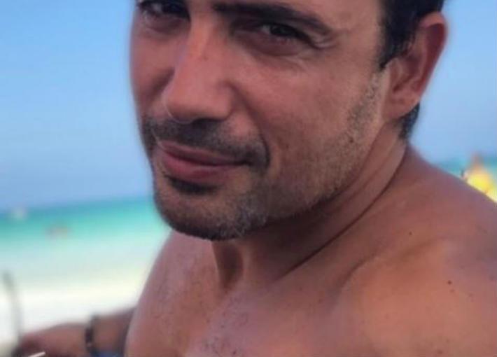 صورة- ظافر العابدين يستمتع بأول يوم على الشاطئ