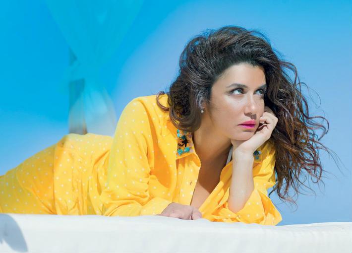 بالصور- غادة عادل تتألق في جلسة تصوير جديدة بالأصفر