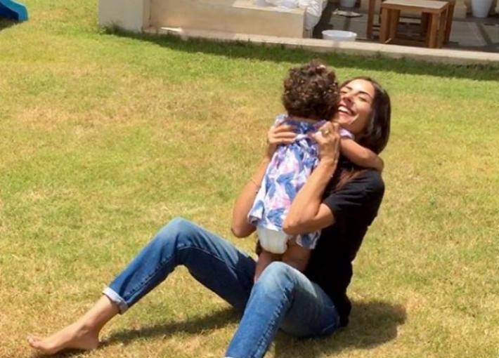 بالصور- ريهام أيمن برفقة ابنتها في جلسة تصوير جديدة