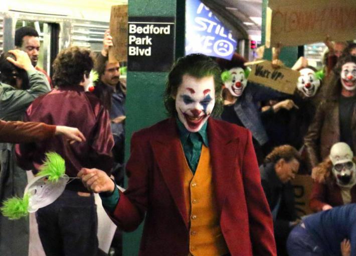 بالصور والفيديو- واكين فينيكس يتعرض للسقوط المؤلم في كواليس تصوير Joker
