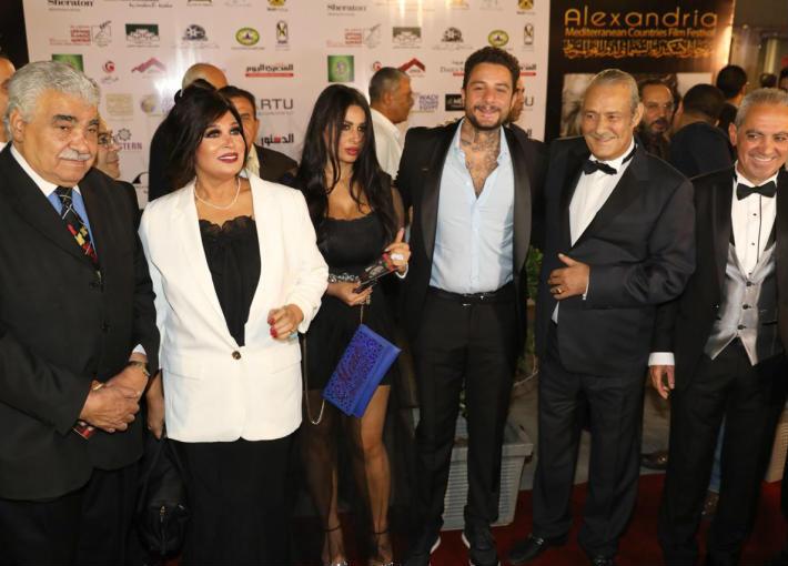 الأمير أباطة وفاروق الفيشاوي ونجله أحمد وزوجته مع فيفي عبده
