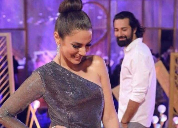 بالفيديو- درة تعلق على نظرة أحمد حاتم لها في مهرجان الجونة.. هل بينهما قصة حب؟