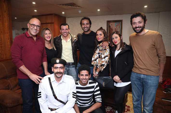 كريم فهمي وزوجته وسط عدد من الفنانين وفرقة مسرح مصر