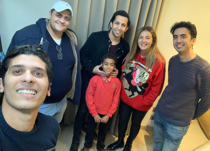 الطفل عبد الرحمن عادل مع دنيا سمير غانم وهشام جمال