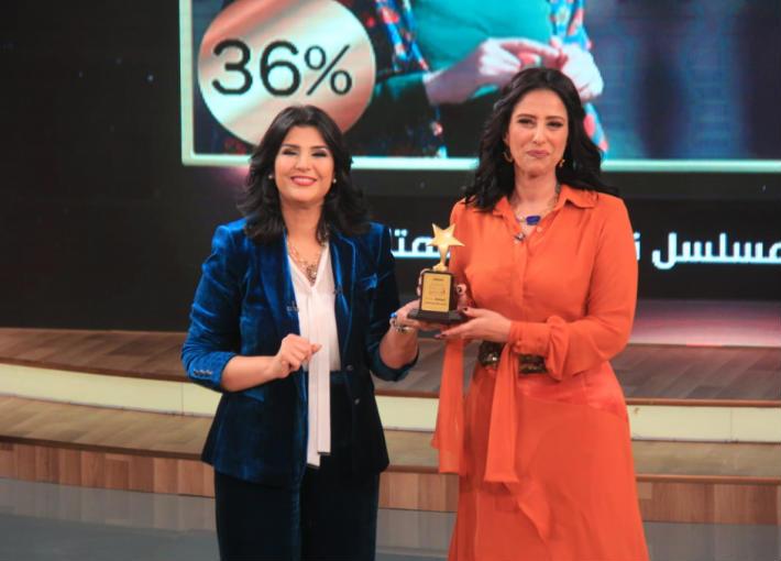 """حنان مطاوع تتسلم جائزة استفتاء """"معكم منى الشاذلي"""""""
