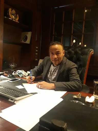 محمود عبد المغني أثناء توقيعه عقد المسلسل