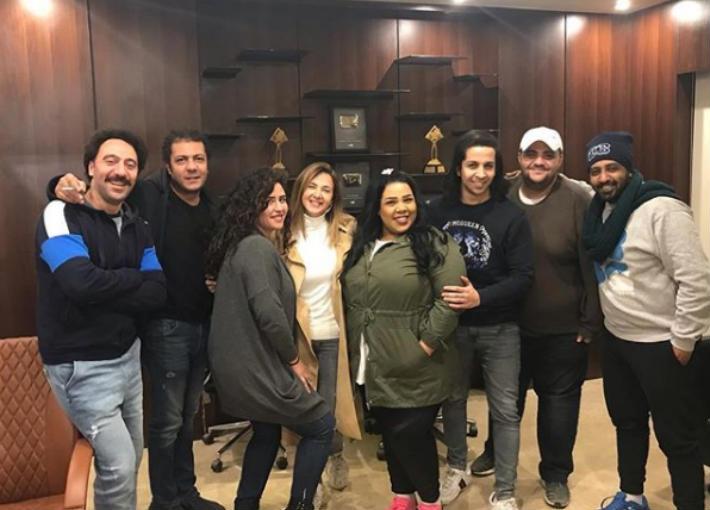 دنيا سمير غانم مع فريق عمل مسلسلها الجديد