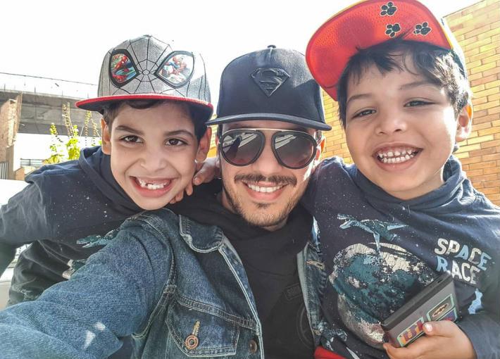 أحمد إبراهيم مع أبنائه