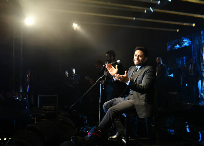 محمد حماقي على مقعد في حفله الغنائي