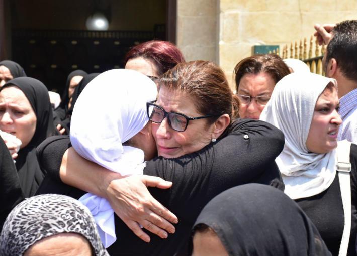 دموع شقيقات عزت أبو عوف في جنازته