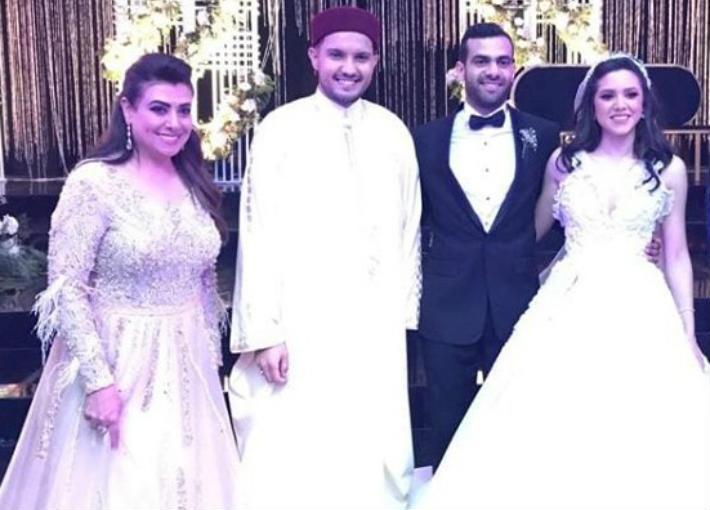 نشوى مصطفى مع العروسين