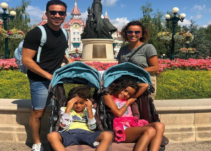 أحمد وعلا وطفليهما في ديزني لاند