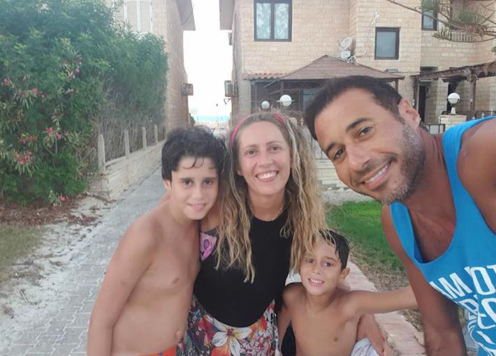أحمد السعدني مع طلقته الراحلة وابنائه
