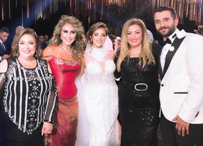 نهال عنبر مع العروسين