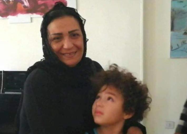 والدة غنوة وحفيدها ياسين