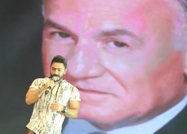 تامر حسني يحتفي بالراحل عزت أبو عوف