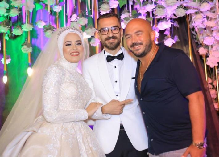محمود العسيلي مع العروسين