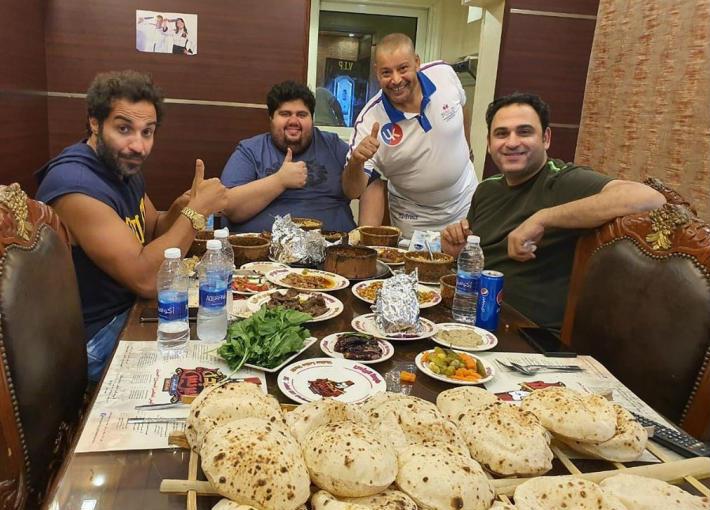 """أكرم حسني وأحمد فهمي وأيمت وتار بمطعم """"البرنس"""""""