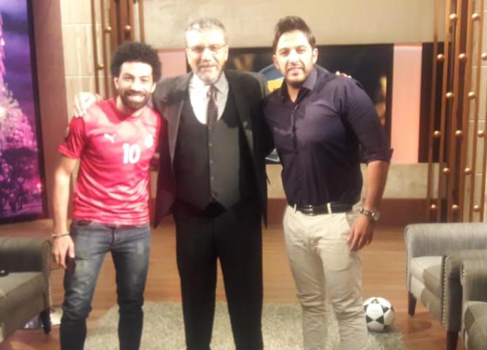 الإعلامي عمرو الليثي مع شبيهي محمد صلاح ومحمد حماقي