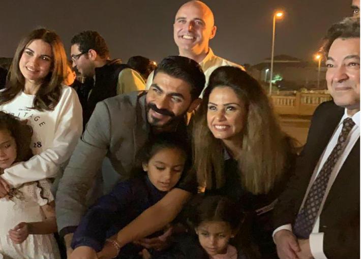 خالد سليم يحتفل بعيد ميلاده مع زوجته وبناته مع حازم سمير ودرة