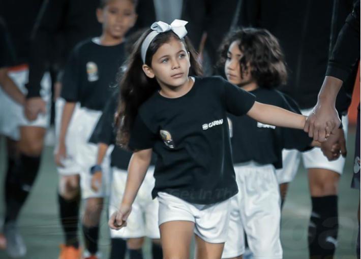 بالصور- ابنة يارا ناعوم وعماد متعب بصحبة رمضان صبحي في مباراة مصر وجنوب إفريقيا   في الفن