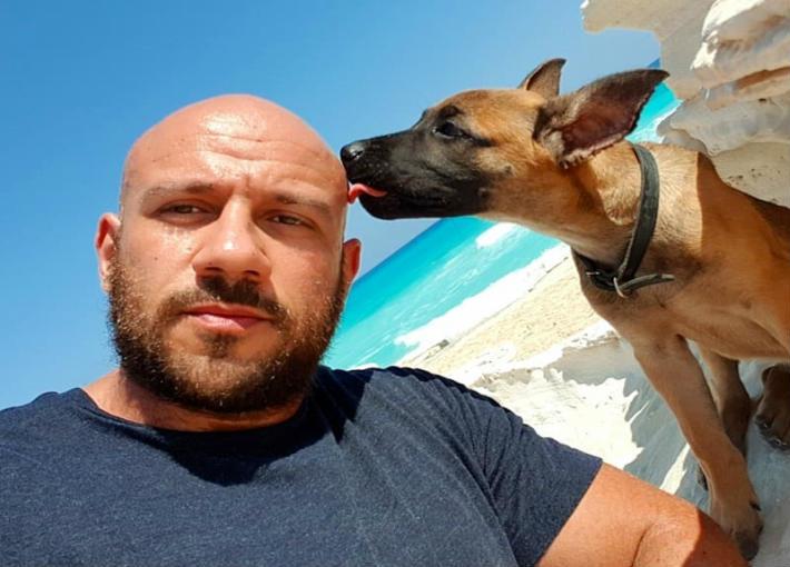 أحمد مكي وكلبه في مرسى مطروح