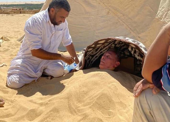محمود حميدة في حمام الرمل