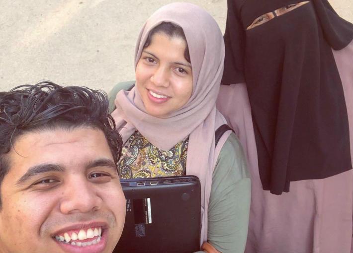 عمر كمال ووالدته وشقيقته