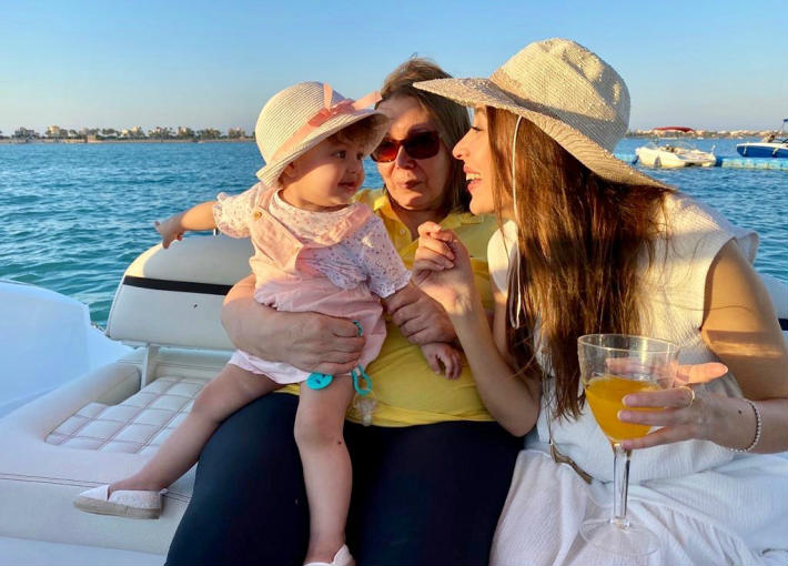 جنات مع ابنتها ووالدتها