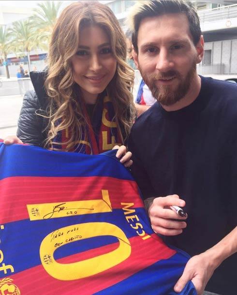 يارا مع نجم فريق برشلونة الإسباني ليونيل ميسي