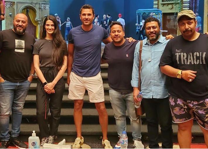 أحمد عز مع تارا عماد وكريم عفيفي ومحمد جمعة ومحمد ثروت والمخرج مجدي الهواري
