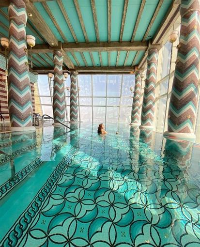 نسرين طافش تستمتع بوقتها في حمام سباحة فوق السحاب
