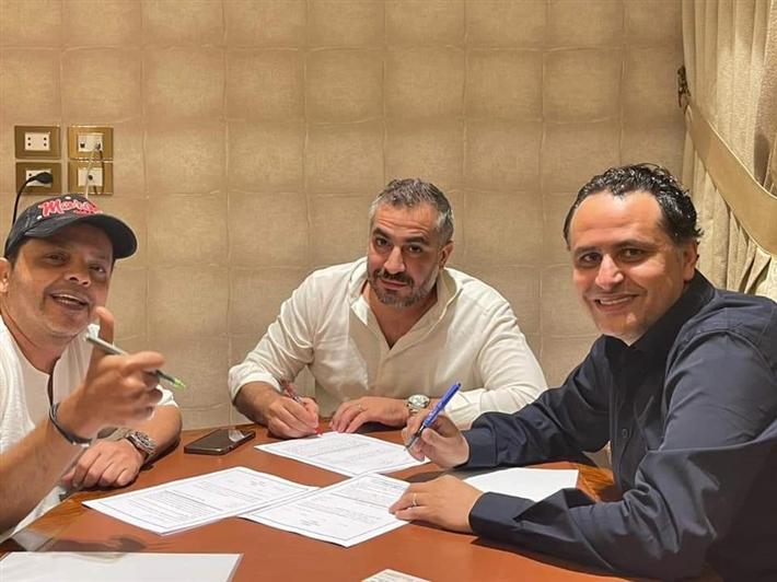 محمد هنيدي خلال توقيعه عقد تقديم البرنامج