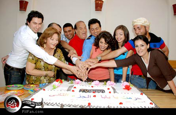 فريق عمل المسلسل أثناء تقطيع تورتة الإحتفال