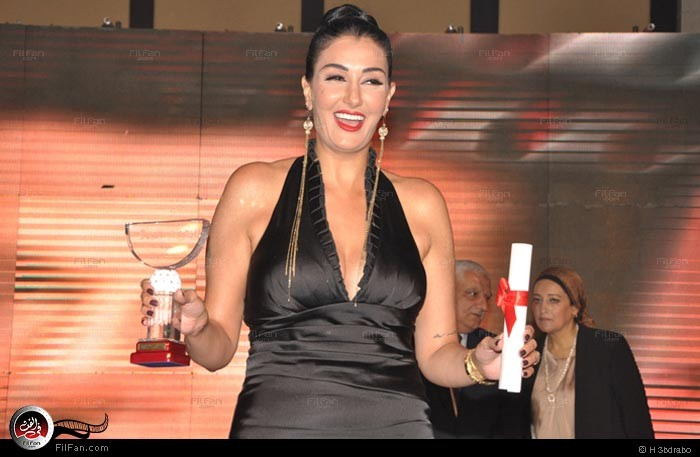 الفنانة المصرية غادة عبد الرزاق ترتدي الحجاب في مسلسليها