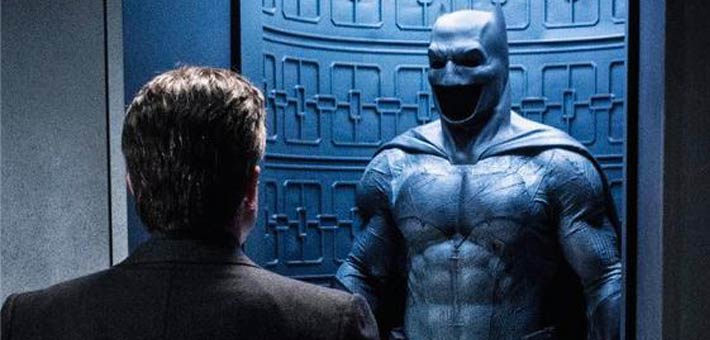 """بن أفليك أمام بدلة """"باتمان"""" في لقطة من فيلم Batman v Superman: Dawn of Justice"""