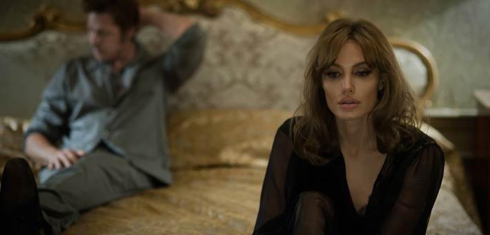 أنجلينا جولي وبراد بيت في مشهد من فيلم By The Sea