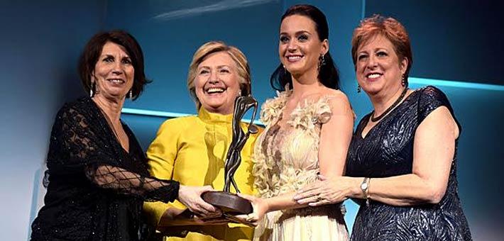 كاتي بيري وهيلاري كلينتون أثناء تسلم بيري جائزة ودري هيبورن الإنسانية