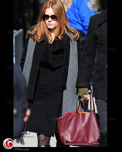 إيمي آدامز بحقيبة Valentino