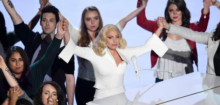 ليدي جاجا وهي تؤدي أغنية Til it Happens to You في حفل الأوسكار 2016